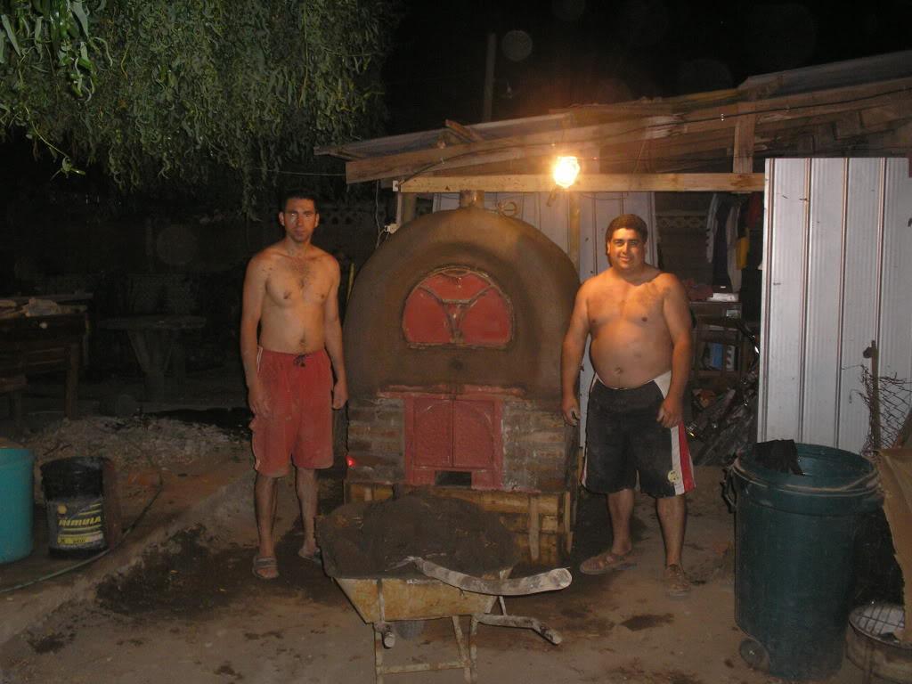 La construcción de un horno de barro PB200020