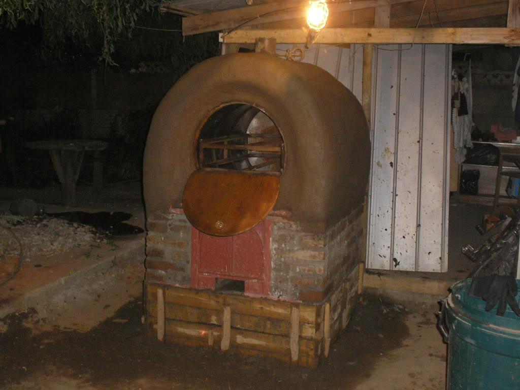 La construcción de un horno de barro PB200023