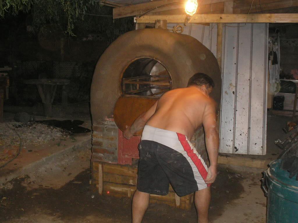 La construcción de un horno de barro PB200024