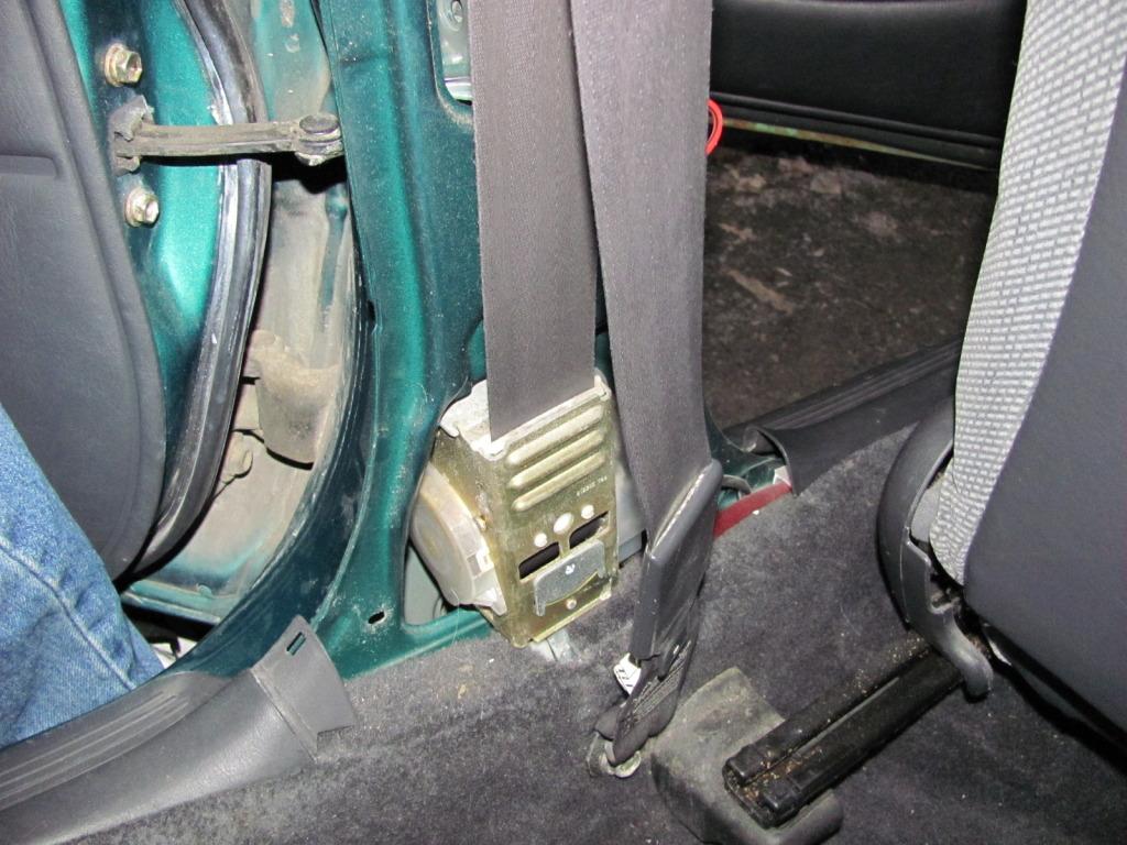 Slow Retracting Seat Belt  IMG_2437