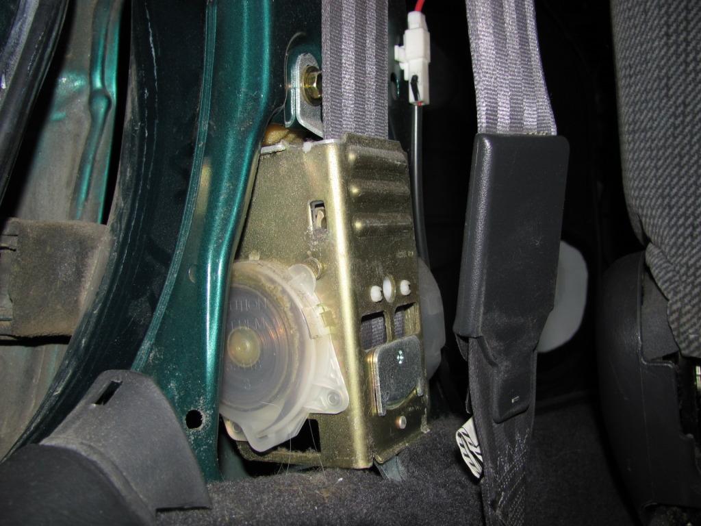 Slow Retracting Seat Belt  IMG_2439