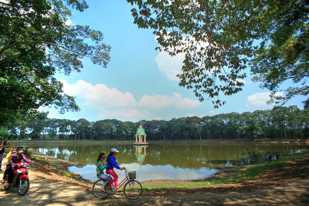 Lạc vào rừng cổ thụ kỳ quáigiữa thành phố ở Việt Nam Redsvn-Ao-Ba-Om-01