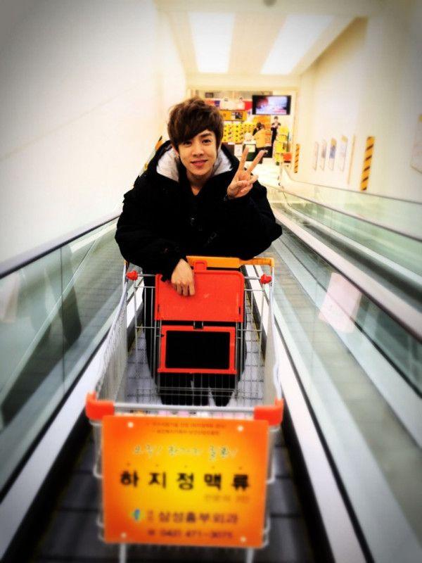 190312 Alexander juega en el supermercado 2 Tumblr_m14gdetvpE1qaq5eko1_1280