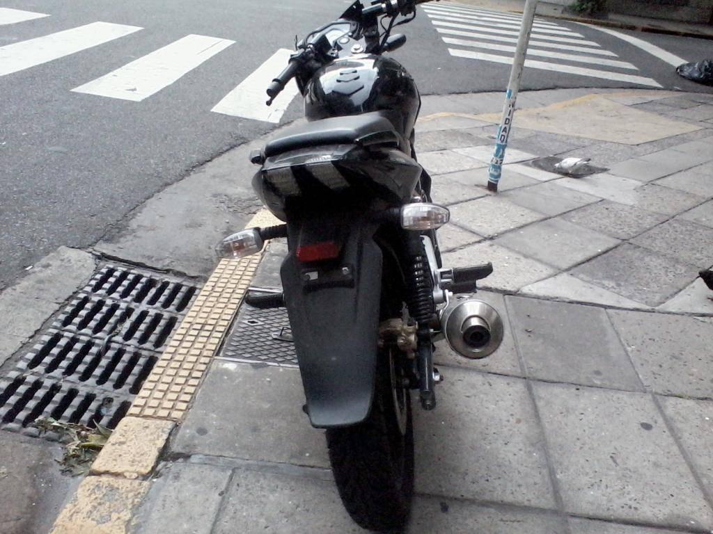 Rouser 220 negra casi nueva abandonada en Recoleta. Posible moto robada 2012-12-31184109_zps7c3b0e89
