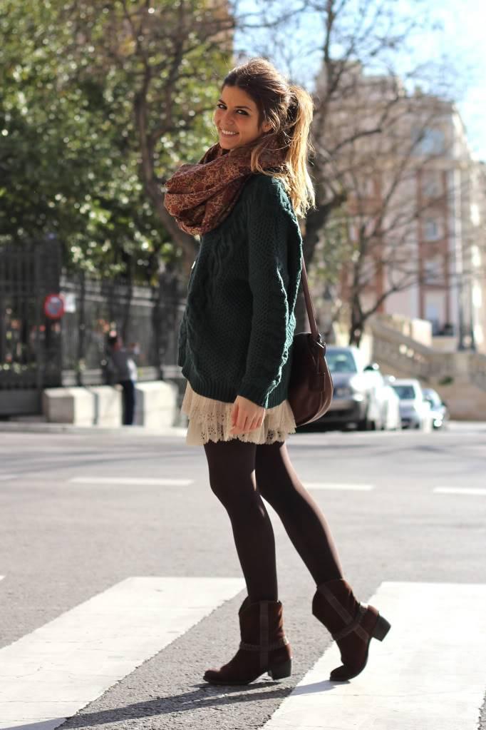 Looks diarios de bloggers y demás chicas que cuelgan en internet. - Página 17 Street_style-green_sweater-nude_skirt-pleated-cowboy_boots-loewe_bag-trendy_taste-14