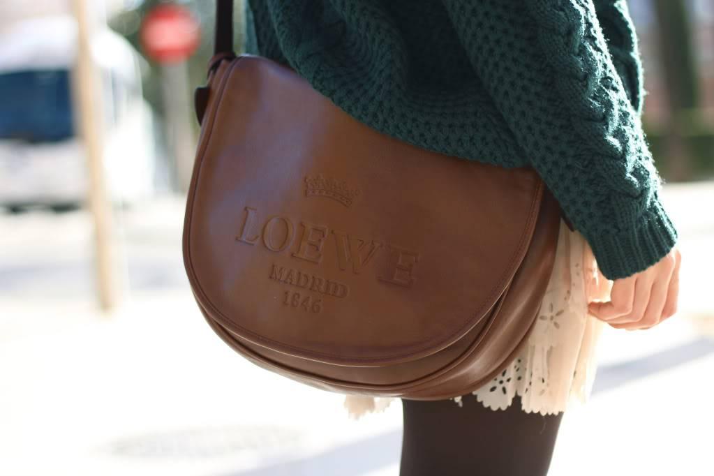 Looks diarios de bloggers y demás chicas que cuelgan en internet. - Página 17 Street_style-green_sweater-nude_skirt-pleated-cowboy_boots-loewe_bag-trendy_taste-4