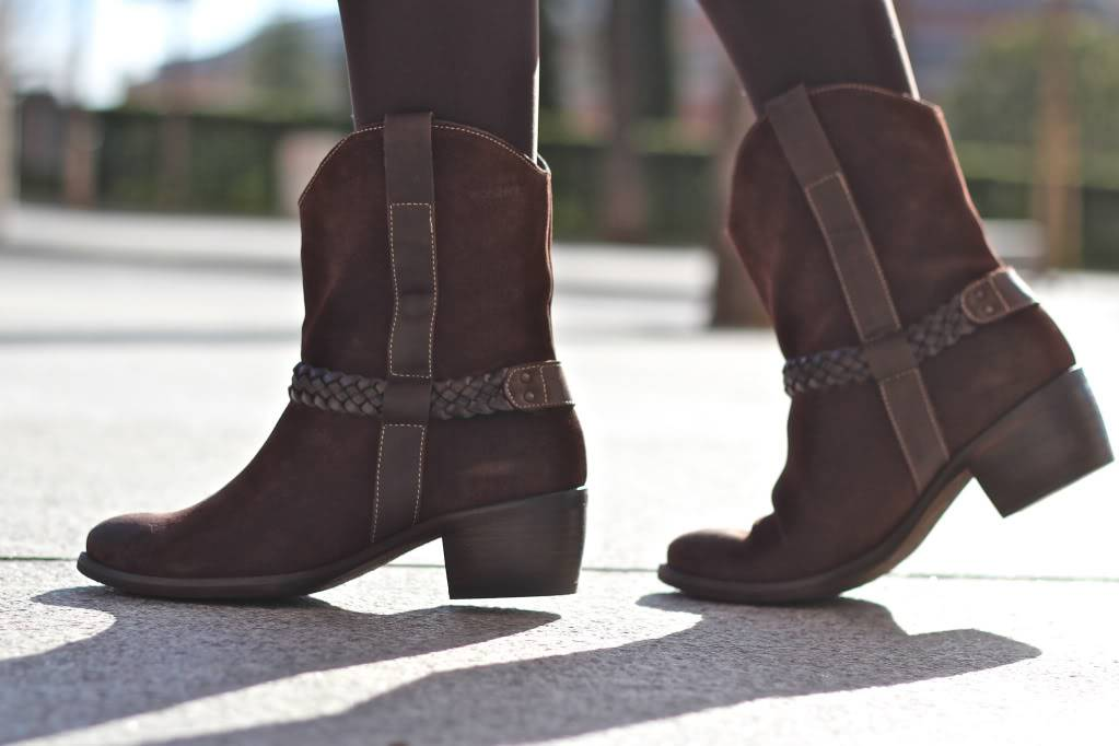 Looks diarios de bloggers y demás chicas que cuelgan en internet. - Página 17 Street_style-green_sweater-nude_skirt-pleated-cowboy_boots-loewe_bag-trendy_taste-5