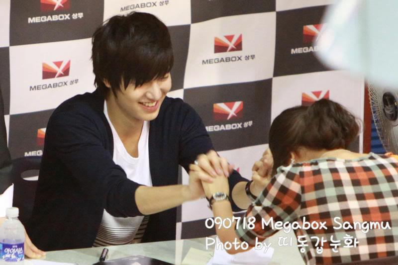 [Pics] Fan Signing Event in GwangJu F595960xjso1ypoj09k5