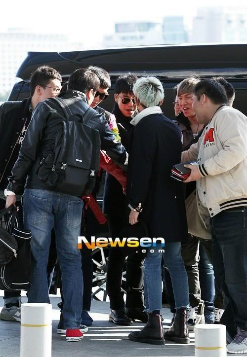 "[FOTO] Big Bang coreó ""BIGBANG BIGBANG FIGHTING"" antes de entrar al aeropuerto! ^^ Tumblr_mcu4jbbCyg1rt0v7do1_500"
