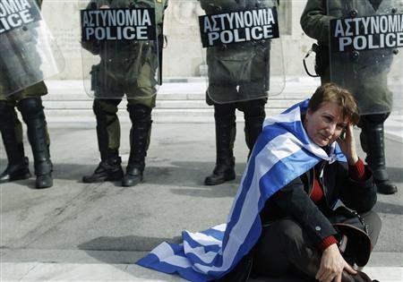 FASCISME, DICTATURE, ETAT-POLICIER, TERRORISME D'ETAT - Page 5 Grce_manifestante_flics