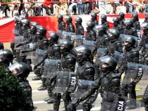 FASCISME, DICTATURE, ETAT-POLICIER, TERRORISME D'ETAT - Page 6 Anti-emeute_zpsbb741631