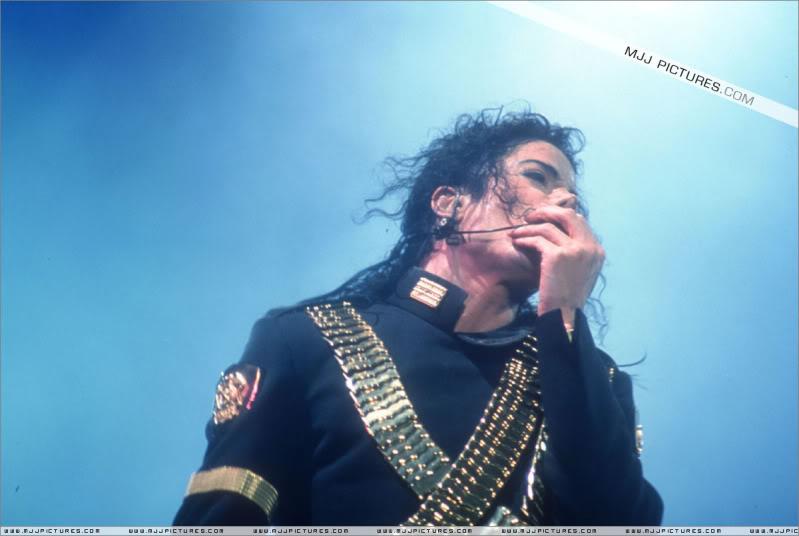 Dangerous World Tour Onstage- Jam 010-1