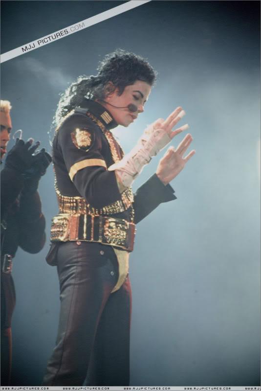 Dangerous World Tour Onstage- Jam 035-1