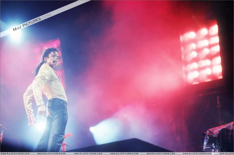 Dangerous World Tour Onstage- Wanna Be Startin' Somethin' - Human Nature 061-2