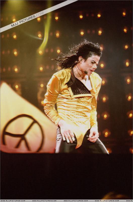 Dangerous World Tour Onstage- Wanna Be Startin' Somethin' - Human Nature 074-2