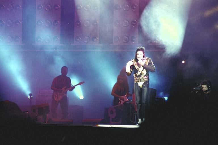 Dangerous World Tour Onstage- Jam 078-1