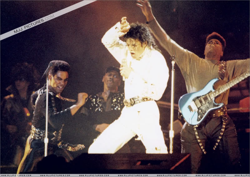 Bad World Tour Onstage- Working Day And Night 001-1