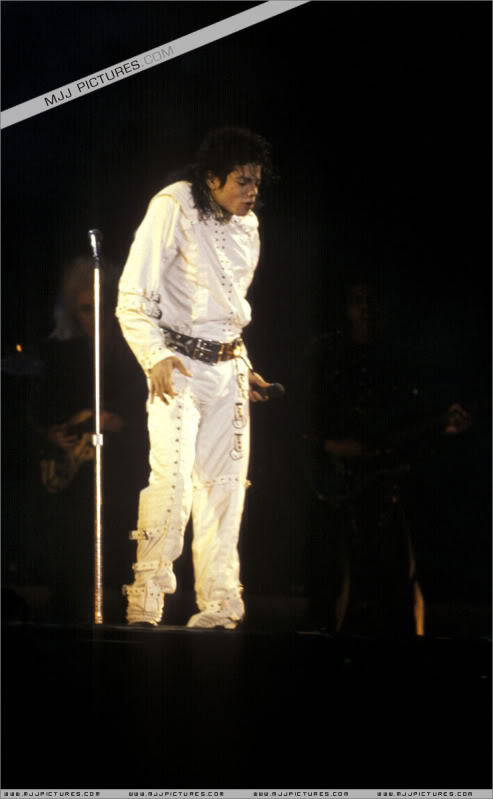 Bad World Tour Onstage- Working Day And Night 002-1