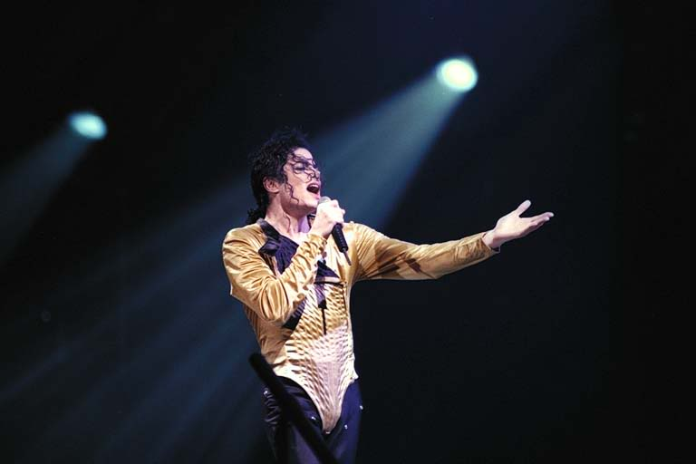 Dangerous World Tour Onstage- I Just Can't Stop Loving You - She's Out Of My Life 004-51