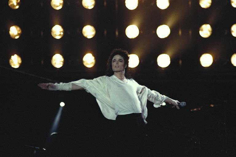 Dangerous World Tour Onstage- Black Or White 021-25-1
