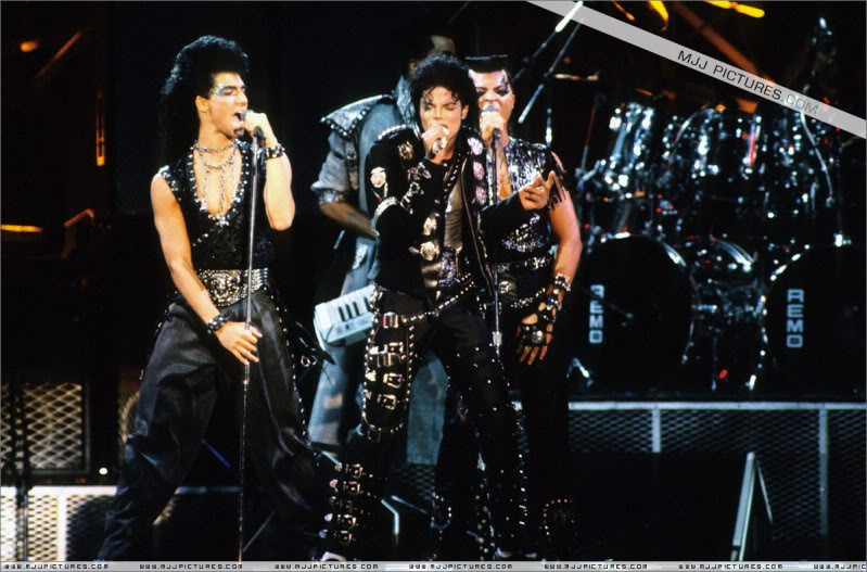 Bad World Tour Onstage- Various - Page 2 0442
