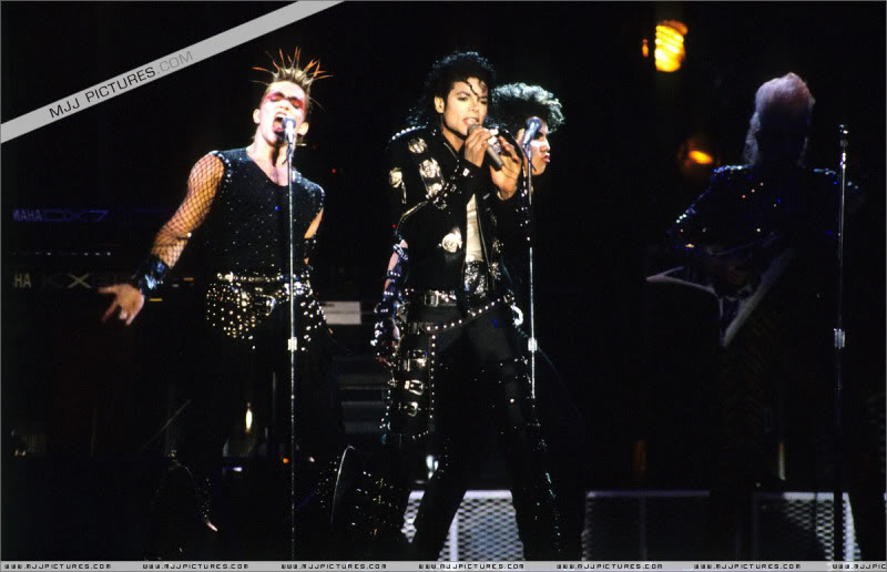 Bad World Tour Onstage- Various - Page 2 0452