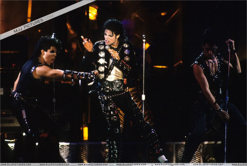 Bad World Tour Onstage- Various - Page 2 0462