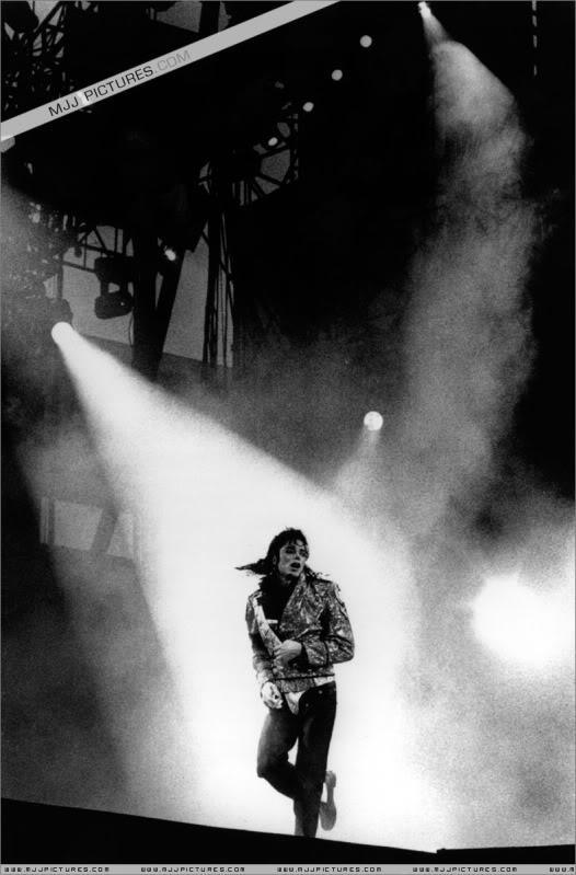 Dangerous World Tour Onstage- Jam 052-4