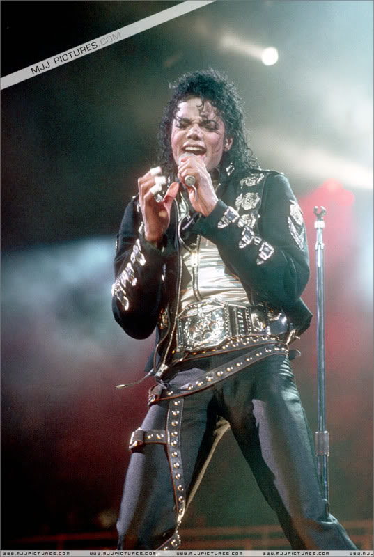 Bad World Tour Onstage- Various - Page 3 0522