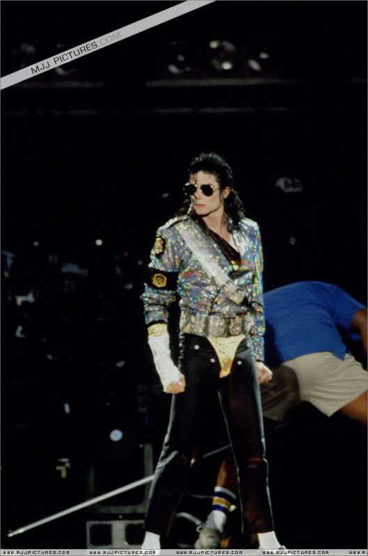 Dangerous World Tour Onstage- Jam 053-4