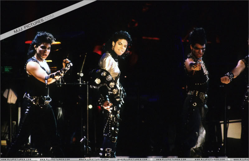 Bad World Tour Onstage- Various - Page 3 0572