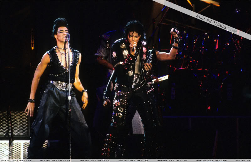 Bad World Tour Onstage- Various - Page 3 0582