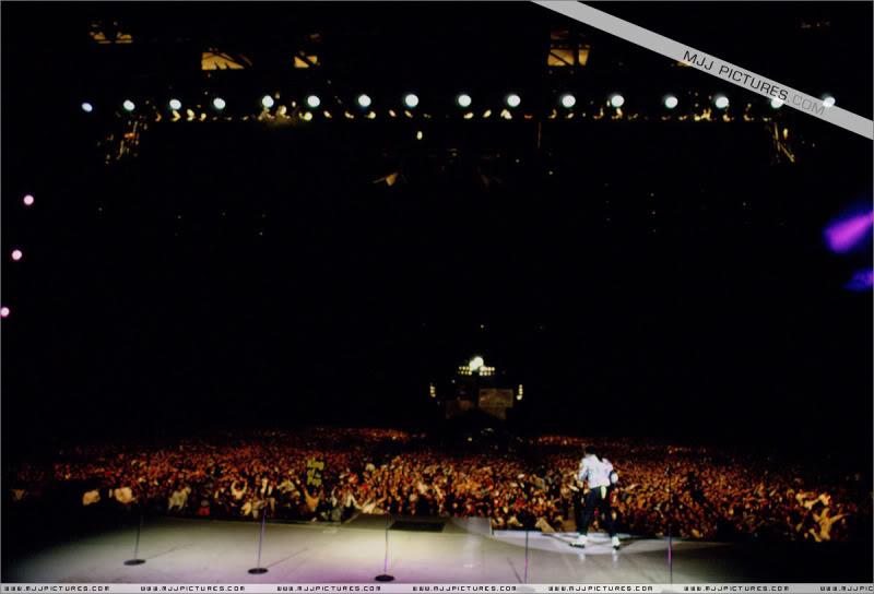 Dangerous World Tour Onstage- Jam 059-4