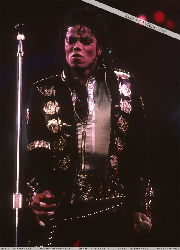 Bad World Tour Onstage- Various - Page 3 0652