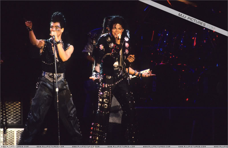 Bad World Tour Onstage- Various - Page 3 0702