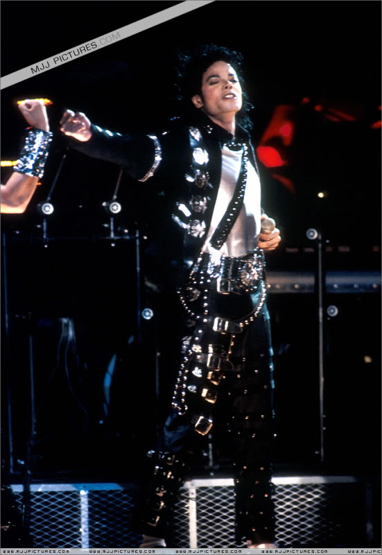 Bad World Tour Onstage- Various - Page 3 0722