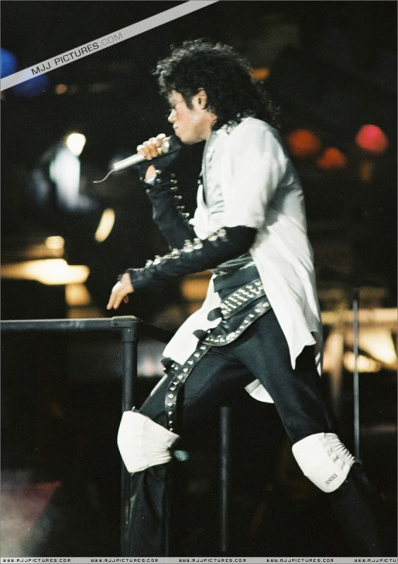 Bad World Tour Onstage- Various - Page 3 0802