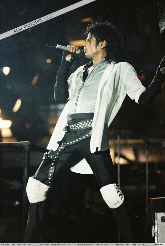 Bad World Tour Onstage- Various - Page 3 0812