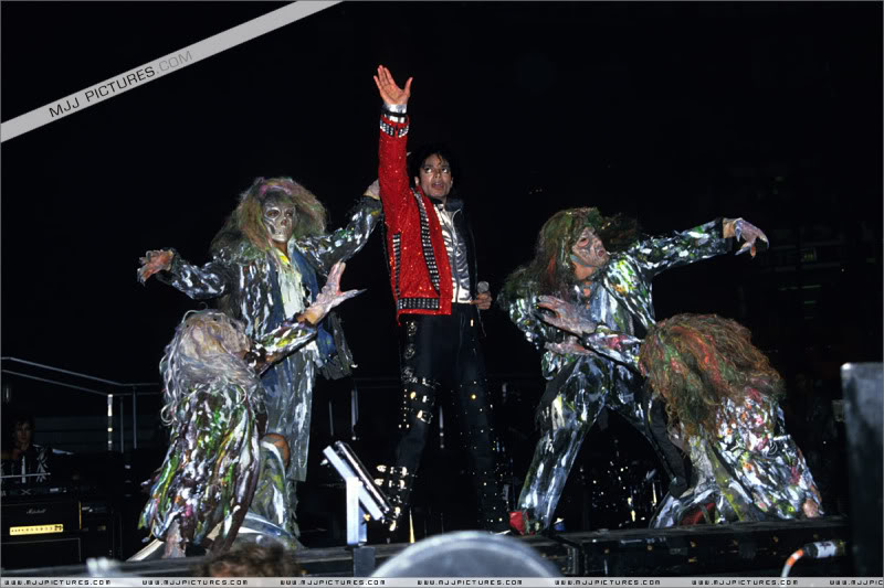 Bad World Tour Onstage- Various - Page 3 0922