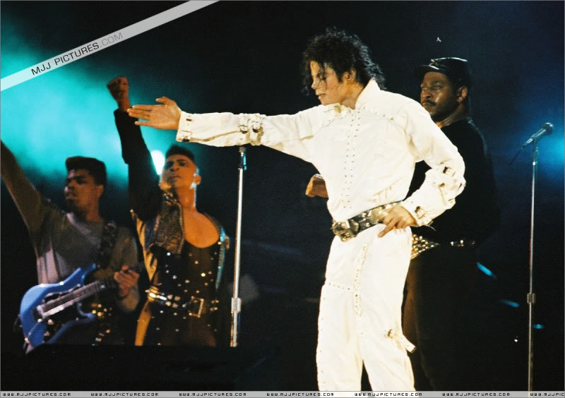 Bad World Tour Onstage- Various - Page 3 1042