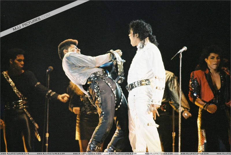 Bad World Tour Onstage- Various - Page 3 1062