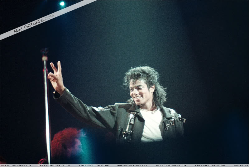 Bad World Tour Onstage- Various - Page 3 1512