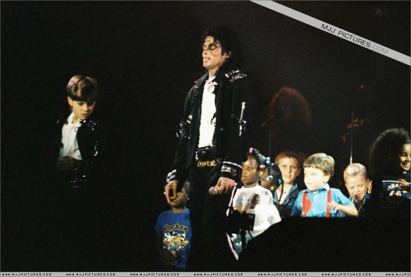Bad World Tour Onstage- Various - Page 3 1542