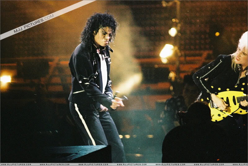 Bad World Tour Onstage- Various - Page 3 1552