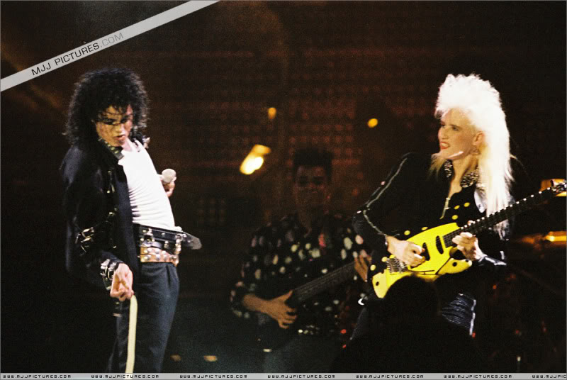 Bad World Tour Onstage- Various - Page 3 1572