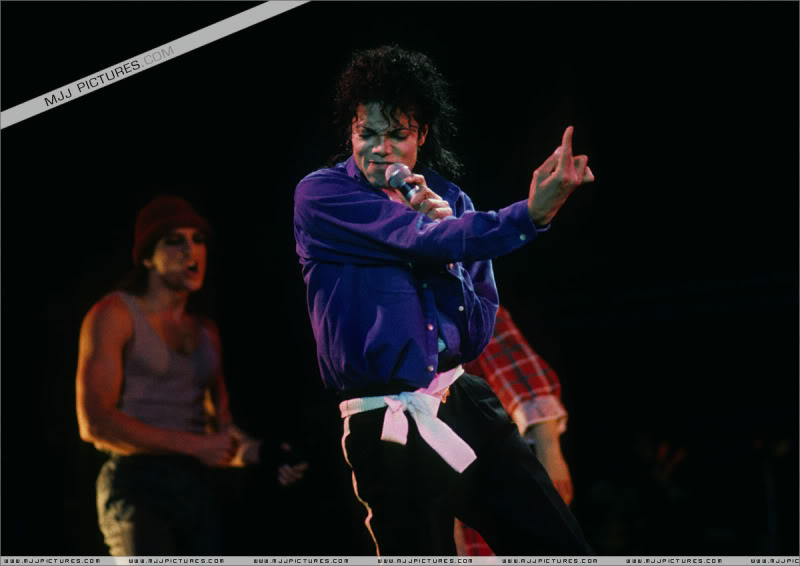 Bad World Tour Onstage- Various - Page 3 1672
