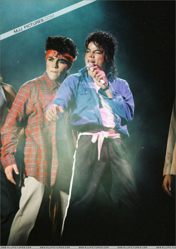 Bad World Tour Onstage- Various - Page 3 1732