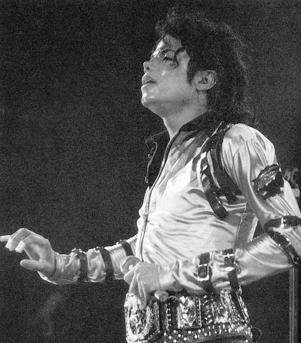 Bad World Tour Onstage- Various - Page 2 258