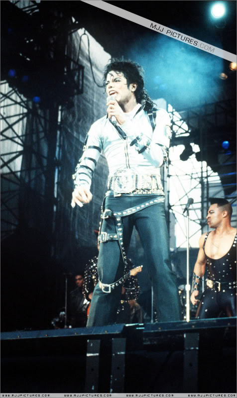 Bad World Tour Onstage- Various - Page 2 434