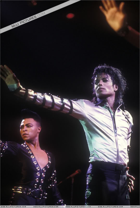 Bad World Tour Onstage- Various - Page 3 499